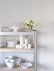 Regal mit weißem Geschirr, Keramik und Porzellan