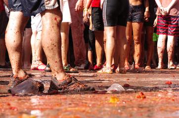 Obraz Tłum ludzi bawiących się na La Tomatina. Ujęcie nóg.  - fototapety do salonu