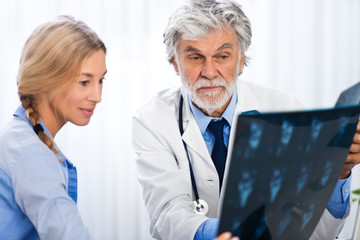 Patiengespräch mit CT-Bilder