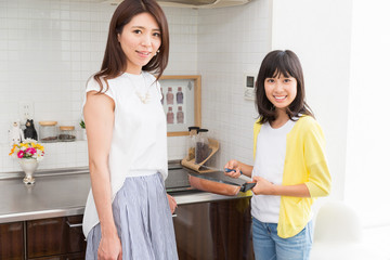 料理をする親娘