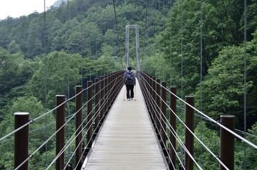吊り橋を歩く人