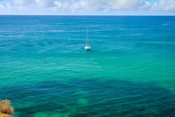 voilier dans un magnifique lagon