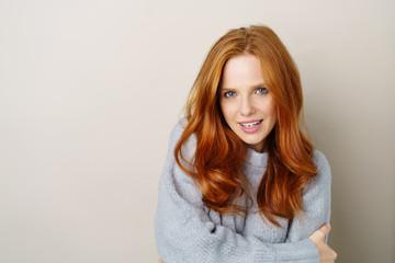 attraktive frau mit langen roten haaren