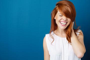 glückliche frau lacht mit geschlossenen augen