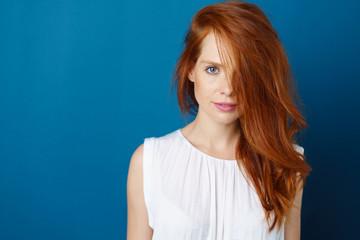 attraktive frau mit langen roten haaren und blauen augen