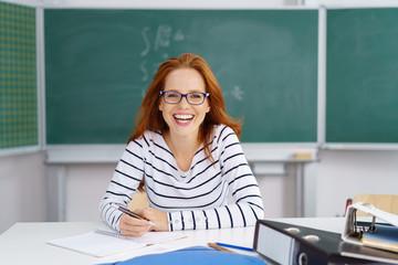 lachende lehrerin in der schule