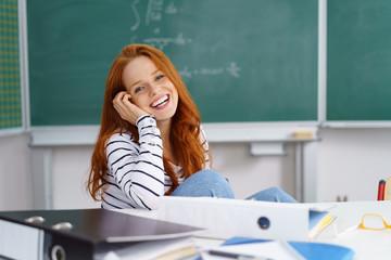 glückliche junge frau in der universität