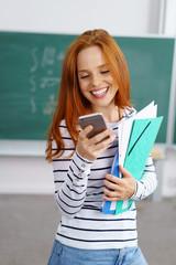 studentin schaut auf ihr handy