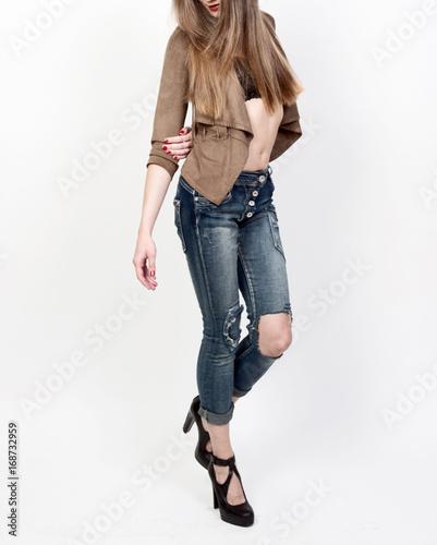 31ee74317c297c Frau mit langen Beinen in zerissener Jeans 4