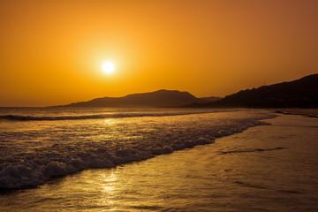 Niesamowity zachód słońca na plaży w Hiszpanii