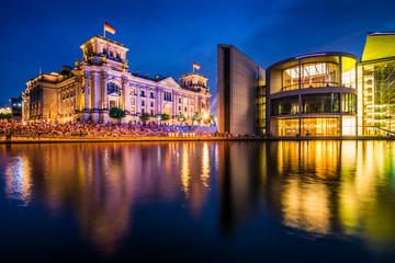 Regierungsviertel in Berlin mit Reichstag und Paul Löbe Haus am Abend