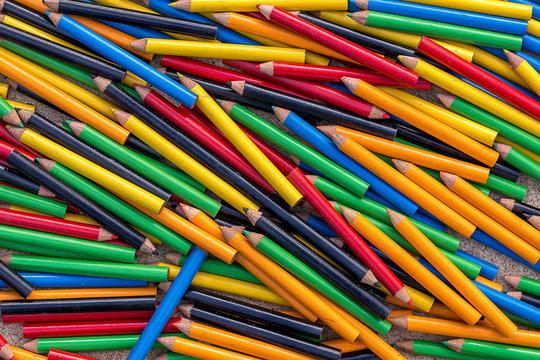 mélange de petits crayons de toutes les couleurs en désordre