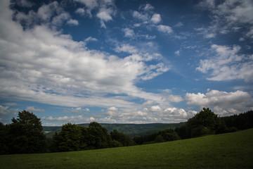 Blauer Himmel überm Land
