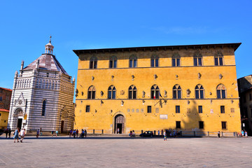 Papiers peints Artistique Square of the cathedral, Palace of the Podestà 'or Pretorio Built in 1367 today court on the Left the Baptistery Pistoia, Italy