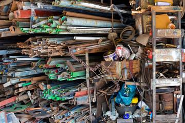 chaotisches Lager in einer Asiatischen kleinen Werkstatt