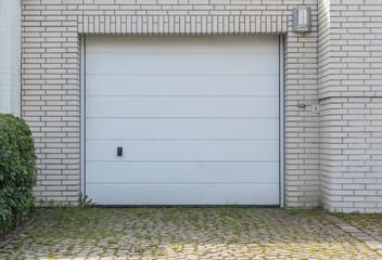 Weißes Garagentor einer Garage