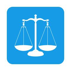 Icono plano balanza en cuadrado azul
