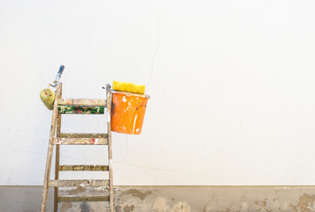 Renovierung Wand Fassade Maler Leiter mit Farbeimer und Malerrolle