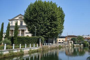 Gorgonzola (Milan): canal of Martesana and church