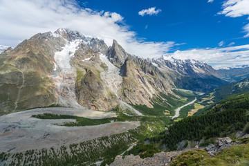 Vallée et glacier dans les Alpes italiennes