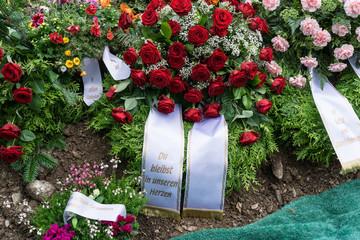 Grabschmuck Kranz mit Rosen und Spruchband