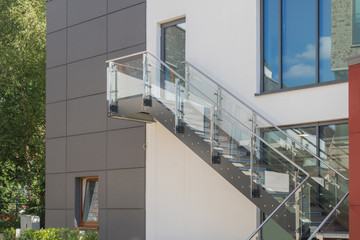 Photo sur Aluminium Escalier Modere Außentreppe aus Glas und Metall an einer Fassade
