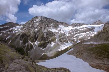Blick über einen Gletscher auf einen Berggipfel