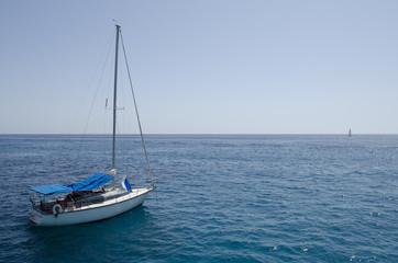 Segelboot im weitem Meer
