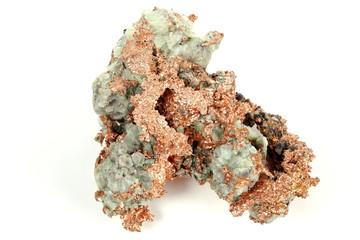 natürliches Kupfernugget aus Michigan/ USA isoliert auf weißem Hintergrund