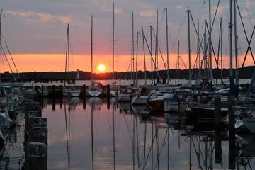 romantische Stimmung am Hafen, Segelbooten bei malerischem Sonnenaufgang an der Ostsee
