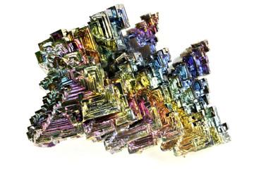 Wismutkristall isoliert auf weißem Hintergrund