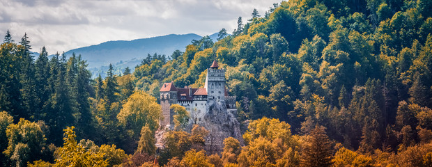 Fotorolgordijn Kasteel Bran Castle, Romanian landmark, historic building related to Dracula, in autumn, fall