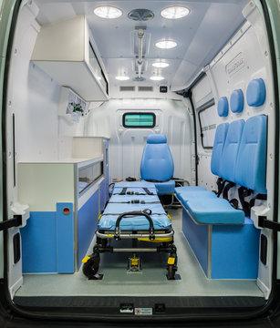 Interior vazio de uma ambulância brasileira, branca e azul com maca