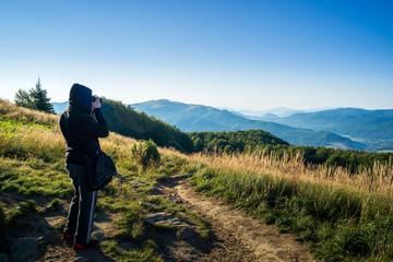 Fototapeta mężczyzna robi zdjęcia w górach obraz