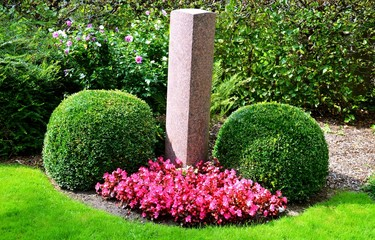 Grabstein mit Bepflanzung