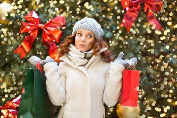 Frau beim Christmasshopping in New York
