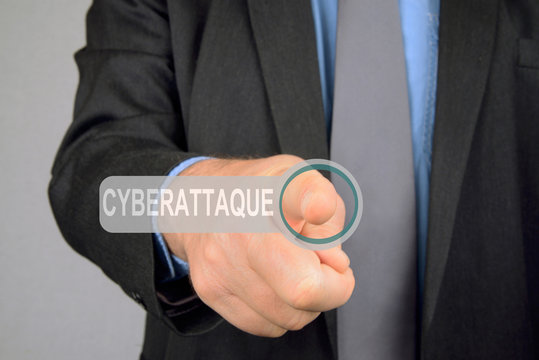 Homme appuyant sur le bouton cyberattaque
