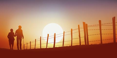 promenade - campagne - senior - couple - marchant - chemin - coucher de soleil