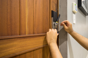 locksmith fix electronic wood door