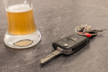Bier in einem Glas und Autoschlüssel auf dem Tisch