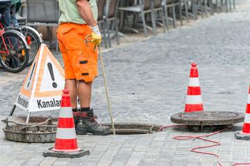 Foto op Canvas Kanaal Straßenarbeiter bei Kanalarbeiten