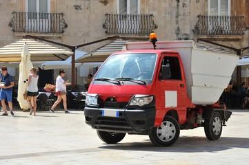 Städtische Abfall-Einsammlung in der historischen Altstadt von Syrakus (Syracusa) im Süden von Sizilien, Italien
