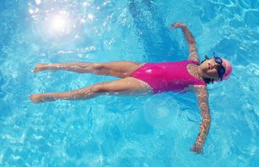 bambina che si rilassa in piscina