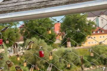 Schlösser an der Brücke