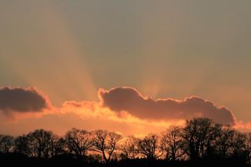 dramatische Lichtstrahlen durchbrechen die Wolken, Trauerkarte, Symbol