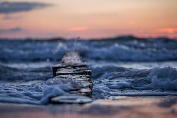 Foto auf AluDibond Nordsee Sonnenuntergang an der bewegten Ostsee