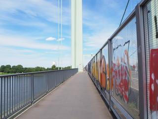 Perspektive Radweg auf einer Brücke