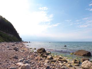 Küstenpanorama der Ostsee mit Findlingen im Wasser
