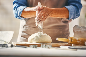 In de dag Koken Hands preparing dough