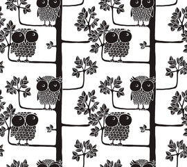 Seamless pattern of owls on the tree. Graphic vector illustration.
